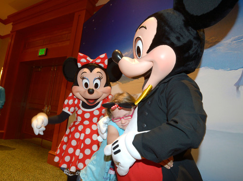 Special Hug: On Veterans Day, Raytheon hosted character breakfasts to salute armed service members and their families at the Shades of Green(R) Resort at the Walt Disney World(R) Resort in Lake Buena Vista, Fla. Children of all ages met their favorite Disney characters. Photo: Phelan Ebenhack.  (PRNewsFoto/Raytheon Company)