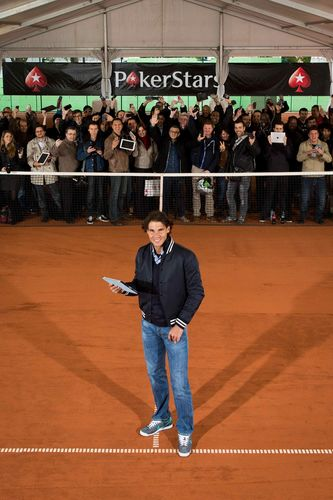 Rafa Nadal cerca un ace contro 100 fans a Parigi