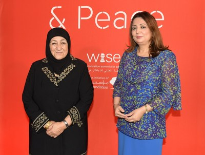 Le Dr. Sakena Yacoobi, Laureate du Prix WISE pour l'Education 2015-2016 et Madame Ouided Bouchamaoui, membre du Quartet du dialogue national tunisien, Laureat du Prix Nobel 2015, reunies au forum WISE Tunis, le 26 mai 2016. (PRNewsFoto/WISE)