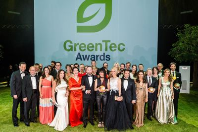 Group photo with winners: Dr. Joachim Schneider (fifth from right), CTO of RWE Deutschland, received the GreenTec Award for the Smart Country project. (PRNewsFoto/RWE Deutschland AG)