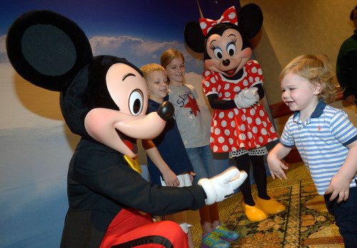 Special Greeting: On Veterans Day, Raytheon hosted character breakfasts to salute armed service members and their families at the Shades of Green(R) Resort at the Walt Disney World(R) Resort in Lake Buena Vista, Fla. Children of all ages met their favorite Disney characters. Photo: Phelan Ebenhack.(PRNewsFoto/Raytheon Company)