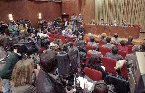 Berlin Press conference 9 November 1989 with Günter Schabowski, Peter Brinkmann in the first row; Photo: ...