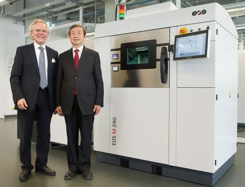 (f.l.t.r.): Dr. Hans J. Langer, Founder and CEO of EOS, and Chinese Vice Premier Ma Kai in front of an EOS M 290 Direct Metal Laser Sintering (DMLS) system (PRNewsFoto/EOS Electro Optical Systems)