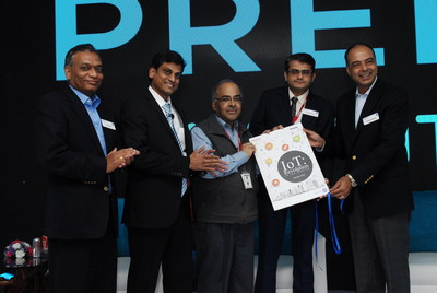 The cover of the report, 'IoT: A Revolution in the Making' unveiled at the GE Predix the Future conference by representatives from NASSCOM, Deloitte & GE (L to R: Vinay Jammu, Prakash Sayini, KS Viswanathan, Kamlesh Dixit and Munesh Makhija). (PRNewsFoto/GE)