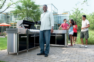 The affordable, new Weber Summit Grill Center with Social Area redefines the outdoor kitchen category.    (PRNewsFoto/Weber-Stephen Products LLC, Michael Warren)