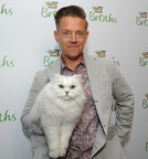 Richard Blais with the Fancy Feast cat at the launch of Fancy Feast® Broths (PRNewsFoto/Purina Fancy Feast)