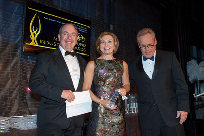 "Elaine Sarsynski, head of MassMutual's Retirement Services Division, accepts the ""Deal of the Year"" Award at the 20th Annual Mutual Fund Industry Awards sponsored by Institutional Investor.  (PRNewsFoto/MassMutual Retirement Services)"