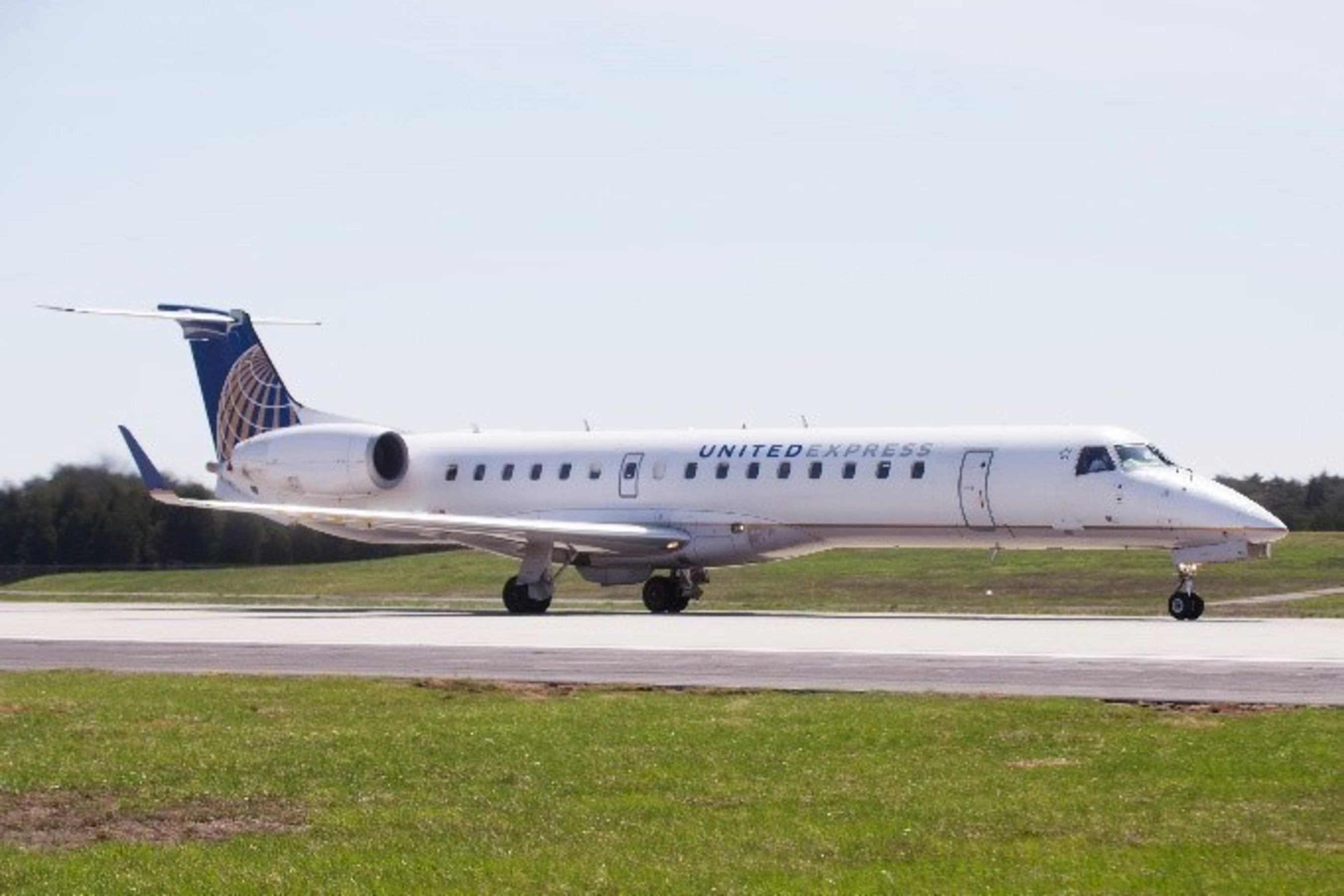 commutair begins commercial service with erj 145xr aircraft for united express
