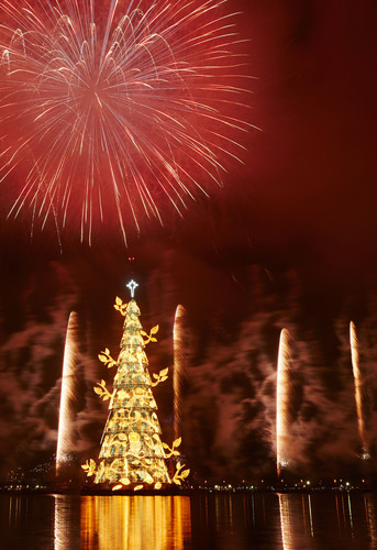 The largest floating Christmas Tree celebrates it's 18th edition with a spectacle of lights and a large firework at the Lagoa Rodrigo de Freitas, in Rio de Janeiro. (PRNewsFoto/Bradesco Seguros, Guto Costa) (PRNewsFoto/BRADESCO SEGUROS)