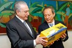 XCMG's chairman Wang Min presented Michel Temer, President of Brazil, with a XCMG crane model.