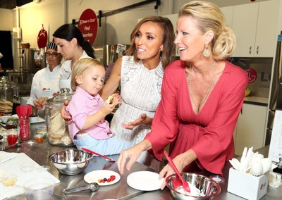 Sandra Lee leads celebrity families including Giuliana Rancic in cooking demonstrations at the LG Junior Chef Academy event to celebrate the launch of the new LG Door-in-Door Refrigerator with CustomChill drawer. (PRNewsFoto/LG Electronics USA)