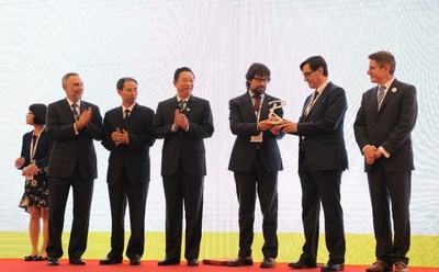 World Routes handover from Chengdu to Barcelona. (PRNewsFoto/UBM Routes)