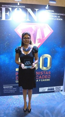 Hilda Hernandez Alvarado, strategy and communications ministerial advisor for Honduras, receives the Estrategia & Negocios award for the Honduras country branding campaign that was recognized as one of the top 100 marketing campaigns of the year.