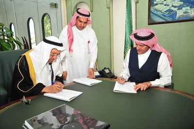 Part of the signing of the contract between the CEO of the Royal commission in Yanbu Dr. A'laa Naseef and the chairman of the board of Al-Afandi group Shiekh Ibrahim Al-Afandi. (PRNewsFoto/Al-afandi Group)