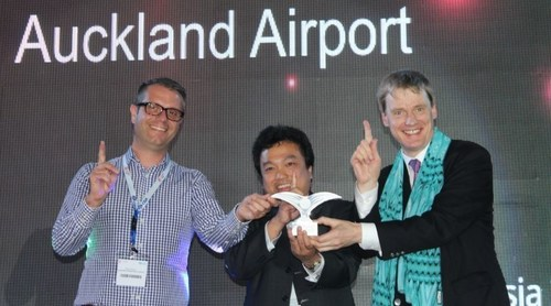 The winners from Auckland Airport with Christopher Eve, Senior Vice President, UBM Asia. (PRNewsFoto/Routes)