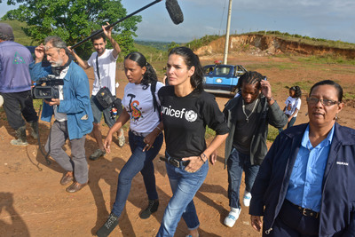 Youth leaders take UNICEF Ambassador Angie Harmon on a tour of Bluefield, Nicaragua to see places where adolescents are at risk of trafficking and other abuses. (PRNewsFoto/U.S. Fund for UNICEF, Kike Calvo / Courtesy of the U.S. Fund for UNICEF)
