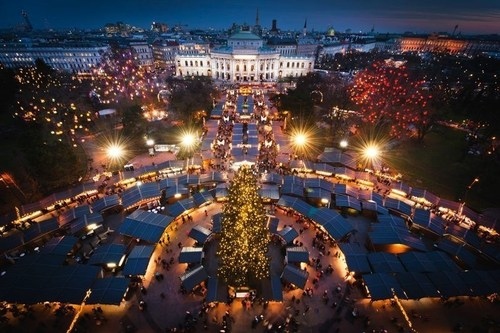 The Vienna Magic of Advent from above. The bird's eye view from the spires of the Vienna City Hall shows ...
