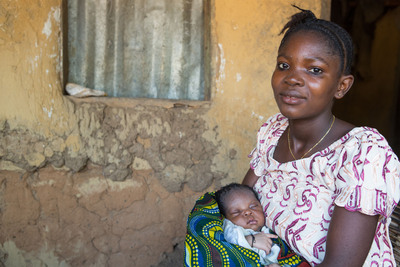 Gbassay, 22, holds her 1-week-old baby boy Brima. Gbassay gave birth at the side of the road, en route to Massam maternity child health post. After giving birth, she walked 3 kilometers to the health post, with Brima wrapped in a blanket with the umbilical cord and placenta still attached. Sierra Leone is in the bottom rankings of the Human Development Index, and is often described as one of the worst places in the world to give birth or to be born. Photo by Jordi Matas/Save the Children.  (PRNewsFoto/Save the Children)