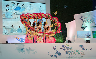 "Incheon Airport - the ""Culture Port"" where travelers can see cultural performances all year around.  (PRNewsFoto/Incheon International Airport Corporation)"