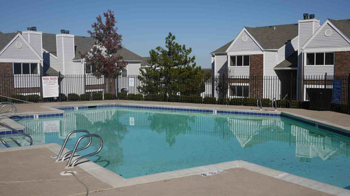 The Overlook Apartments pool. (PRNewsFoto/The RADCO Companies) (PRNewsFoto/THE RADCO COMPANIES)