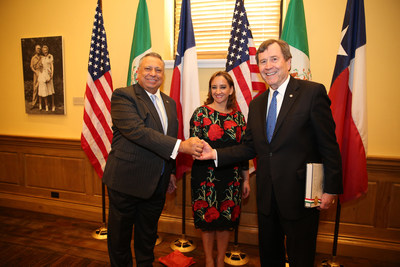 The President and CEO of Gruma, Juan Gonzalez Moreno and the President of Southern Methodist University in Texas, Gerald Turner, today signed an agreement to create The Mission Foods Texas-Mexico Center; they are accompanied by Mexico's Secretary of Foreign Relations, Claudia Ruiz Massieu.
