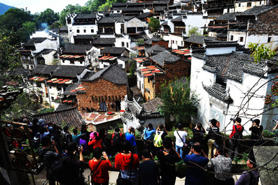 The Huangling Autumn Snapshot Photography Contest held its grand opening ceremony on Oct 15. The event was organized to acknowledge photographers and visitors, and aims to present the beauty of Huangling in an even, comprehensive and artistic way.