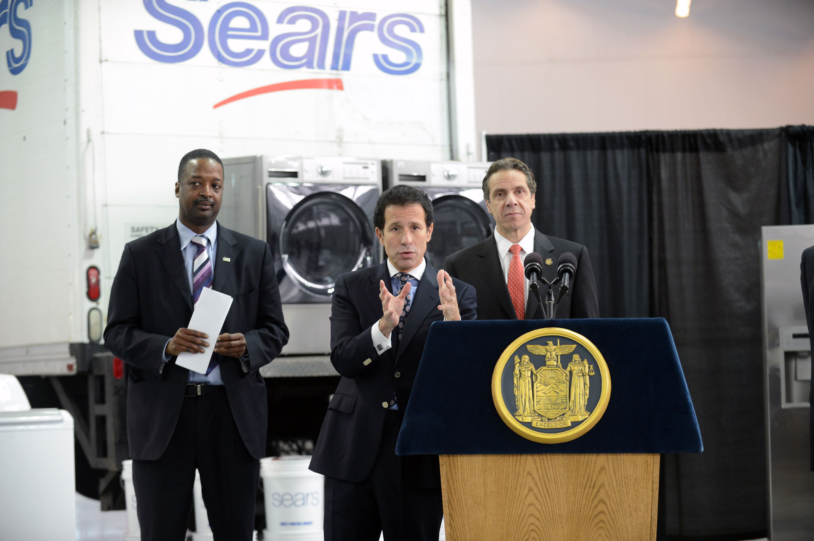 Gov. Andrew Cuomo, Sears President and CEO Lou D'Ambrosio and Rebuilding Together CEO Gary Officer working together to help the victims of Hurricane Sandy.  (PRNewsFoto/Sears Holdings Corporation)