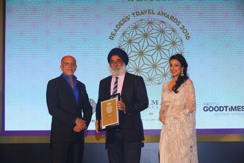 Karan Anand, Head, Relationships, Cox & Kings (centre) receiving the award for India's favourite Tour Operator from Alex Kuruvilla, Managing Director, Conde Nast India and Divia Thani, Editor, Conde Nast Traveler India (PRNewsFoto/Cox & Kings)