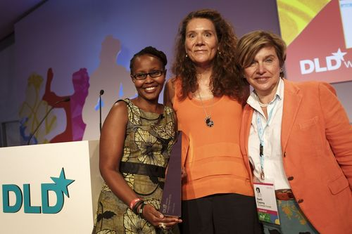 Juliana Rotich received the DLDwomen Impact Award from DLDwomen-founder Steffi Czerny and Gabriele Zedlmayer, Vice President Global Social Innovation at Hewlett-Packard (c) Hubert Burda Media