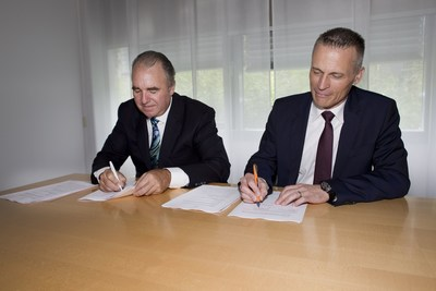 SIEMENS and INSIGHTEC sign agreement to expand access to Exablate Neuro technology.  Pictured on right:  Christoph Zindel, MD, Senior Vice President and General Manager SIEMENS Healthineers' Magnetic Resonance Pictured on left: Maurice R. Ferre MD, INSIGHTEC CEO and Chairman of the Board of Directors (PRNewsFoto/Siemens Healthineers INSIGHTEC)