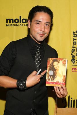 """El musico ganador del Grammy Chris Perez firma copias de su libro """"To Selena With Love"""" (A Selena con amor) en la gala del Dia de los Muertos """"Fotos y Recuerdos"""", celebrada en el Museo de Arte Latinoamericano, en homenaje a la vida y musica de Selena."""
