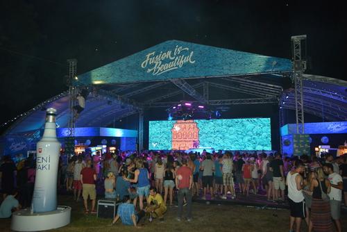 Yeni Raki se promociona en el mayor festival de música de Europa