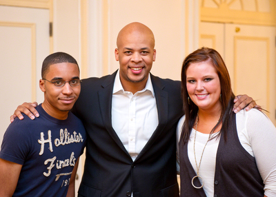 St. Jude teen patients Jacquail (L) and Stephanie (R) with award-winning gospel music artist James Fortune.  (PRNewsFoto/St. Jude Children's Research Hospital)