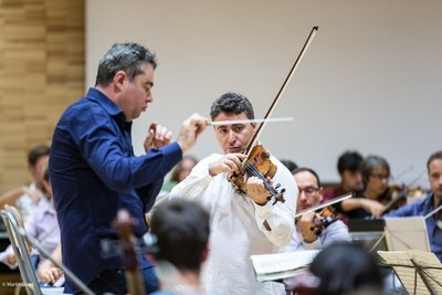 Maxim Vengerov rehearses with conductor Antoine Marguier for the farewell concert of Ban Ki-moon by the UN Orchestra at Geneva's Victoria Hall, October 2nd 2016. (PRNewsFoto/United Nations Orchestra)