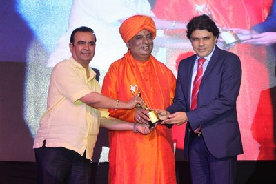 Dr Muffi receiving the Bharat Icon award for The Best Obesity Surgeon (PRNewsFoto/Centre for Obesity & Digestive S)