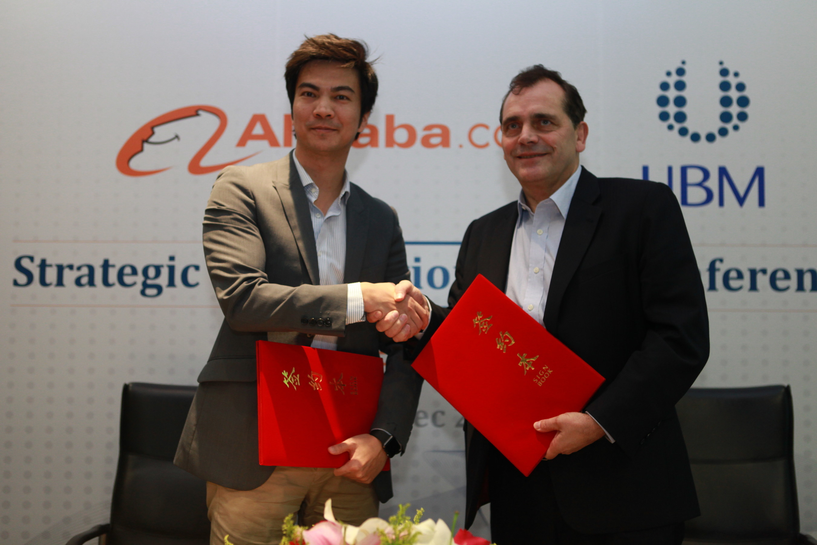 From left to right: James Dong (Alibaba), Jime Essink (UBM Asia)