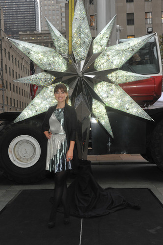 Actress Olivia Wilde unveils the Swarovski Star for the 2011 Rockefeller Center Christmas Tree, Wednesday, Nov. 16, 2011, in New York.  (PRNewsFoto/Swarovski North America, Diane Bondareff)