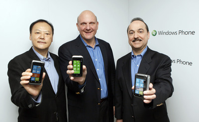(From left to right) HTC CEO Peter Chou, Microsoft CEO Steve Ballmer, and AT&T Mobility CEO Ralph de la Vega gather in New York to launch HTC Windows Phone 7 devices.  (PRNewsFoto/HTC Corporation, Stuart Ramson)