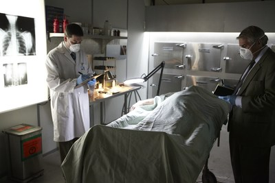An autopsy is performed on a body in the morgue. Series Autopsies of Hollywood premieres November 27 on Discovery en Espanol.