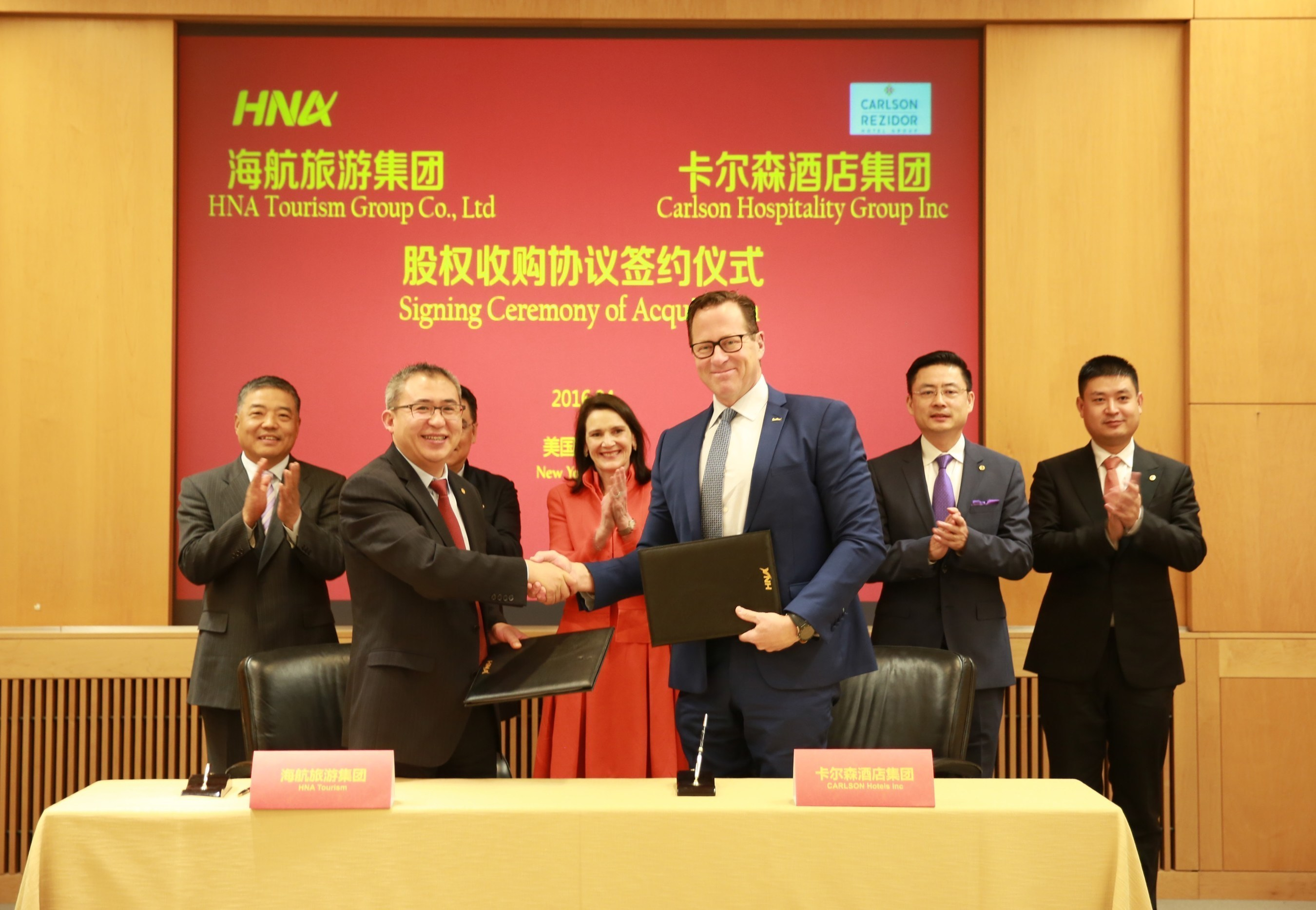 Handshake from Left to Right: BAI Haibo, Chairman and CEO, HNA Hospitality Group and David P. Berg, CEO, Carlson Hospitality GroupWitness Leaders from Left to Right: CHEN WENLI, Vice Chairman, HNA Group; WANG JIAN, Chairman, HNA GROUP*; Diana Nelson, Chair, Carlson; Cheng Feng, Chairman of Board Members*, HNA Group; TAN XIANGDONG, CEO, HNA Group; LI TIE, CEO, HNA Tourism Group*not visible