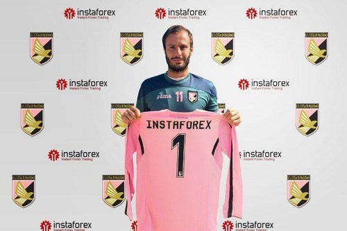 U.S. Città di Palermo legend Alberto Gilardino holds Instaforex T-Shirt announcing 2 year partnership between InstaForex and U.S. Città di Palermo (PRNewsFoto/InstaForex) (PRNewsFoto/InstaForex)