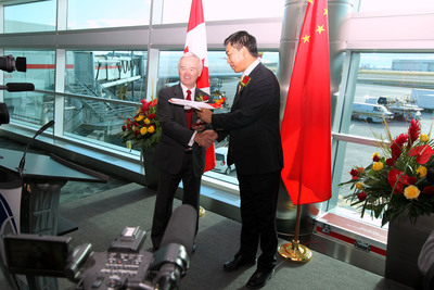 Lloyd McCoomb, President and Chief Executive Officer of the Greater Toronto Airports Authority, exchanged gifts with Hainan Airlines President Wang Yingming.  (PRNewsFoto/HNA Group)