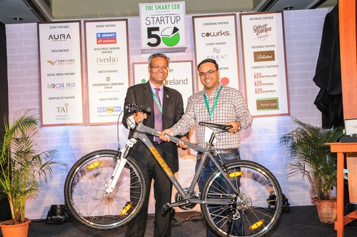 : Umesh Sachdev, Co-Founder of Uniphore Software Systems receives an award from Pravin Patil of Starkenn Sports, for winning the The Smart CEO Startup50 Best Enterprise Tech Startup of 2016. (PRNewsFoto/The Smart CEO)