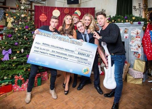 TOWIE celebrities with BIG RVS cheque at the GalaBingo.com World Record party (PRNewsFoto/GalaBingo_com)