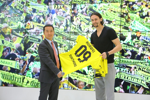 Mr. Neven Subotic, key player of Borussia Dortmund (right), presents a jersey to Mr. Swift Liu, President, Huawei Enterprise Networking Product Line (left), at CeBIT 2014.  (PRNewsFoto/Huawei)