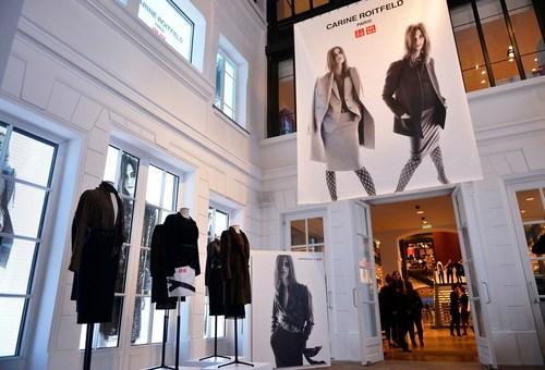 Collection Carine Roitfeld x UNIQLO dans la boutique UNIQLO Le Marais... / Credit Photo: Jean Picon. ...