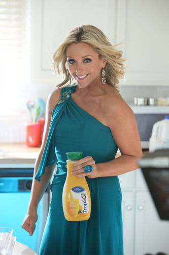 """Tropicana Trop50 -- an innovation that delivers the goodness of juice with 50 percent less sugar and calories, and no artificial sweeteners -- is unveiling a humorous new advertising campaign starring actress Jane Krakowski. In the """"Girlfriends"""" campaign, Krakowski and a trio of girlfriends dish about life, love and looking good. For more information, visit www.trop50.com.(PRNewsFoto/Tropicana)"""