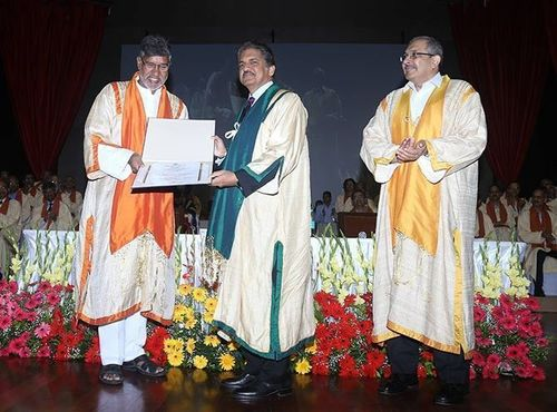 Nobel laureate Kailash Satyarthi conferring Doctor of Science degree on Mahindra Group Chairman, Mr. Anand Mahindra at the IIT Bombay's 53rd convocation (PRNewsFoto/Mahindra & Mahindra Ltd)