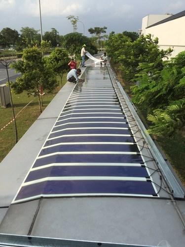 Roofed walkway with HeliaFilm(R) at Seletar Airport, Singapore (C) JTC (PRNewsFoto/Heliatek) (PRNewsFoto/Heliatek)