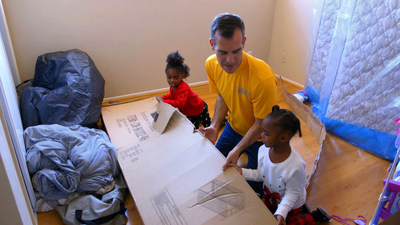Mayor Garcetti unpacking a brand new bunk bed with two of Lakeisha's daughters.